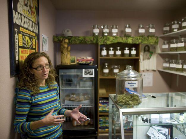 Susan Eisman, da loja de maconha medicinal Grateful Meds, em Nederland, Colorado, em 28 de outubro. (Foto: The New York Times)